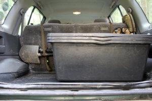 Im Revierfahrzeug gestapelte Mörtelwannen