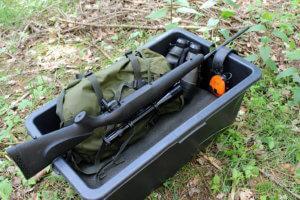Mörtelwanne mit Jagdausrüstung